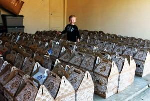 Niño de 3 Años Recoge 900 osos de peluche