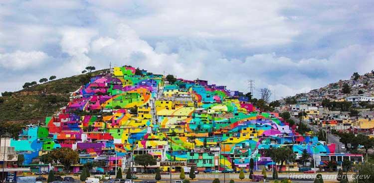Colorido mural hecho con 200 casas en México