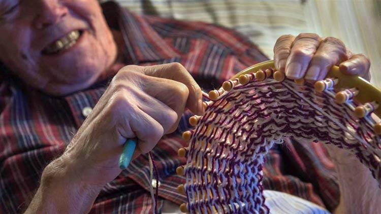 Con 91 años tejió 8.000 sombreros para los pobres