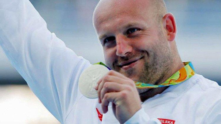 Qué ganador Olímpico subasta su trofeo para ayudar?