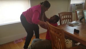 Un gigante se derrumba cuando ve su mamá