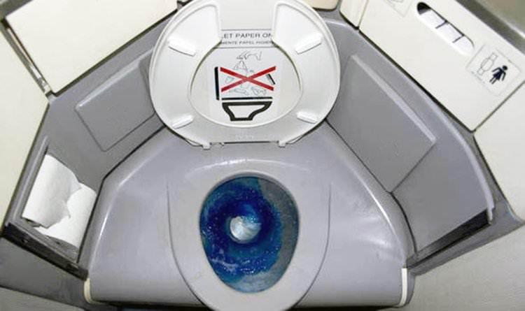 Multan por verter residuos humanos durante el vuelo