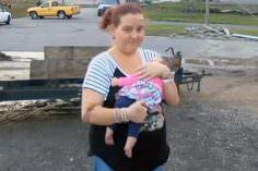 Mamá y bebé fueron chupados por un tornado