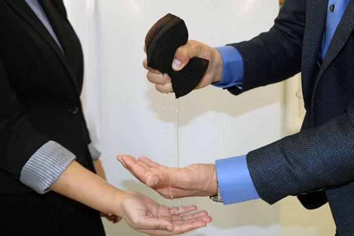 Limpia agua contaminada en agua potable en segundos