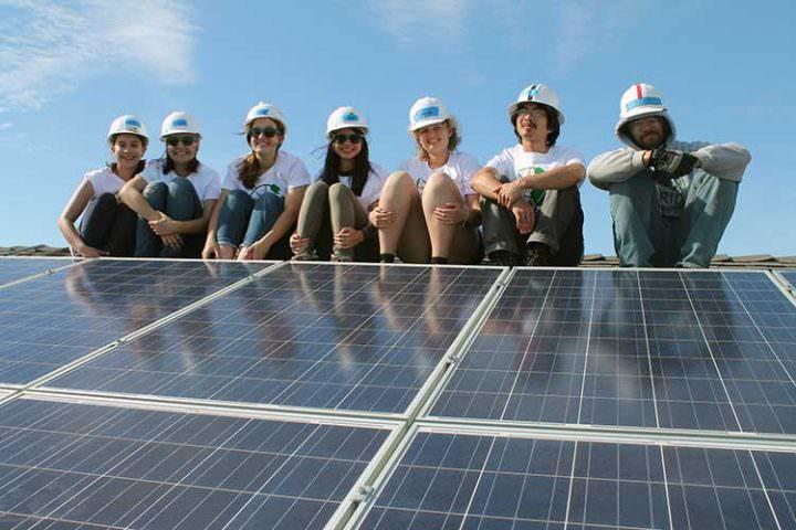 Estudiantes instalan paneles de Energía solar Gratis