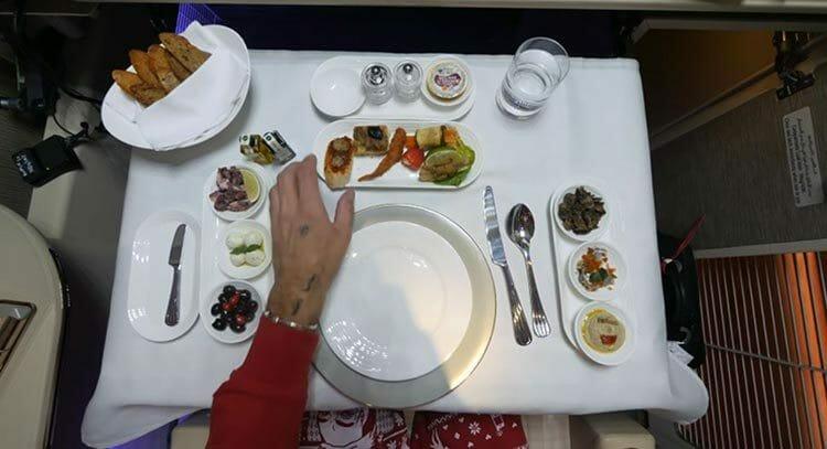 La mejor comida gourmet en vuelo – el ticket cuesta solamente unos 10.000 dólares