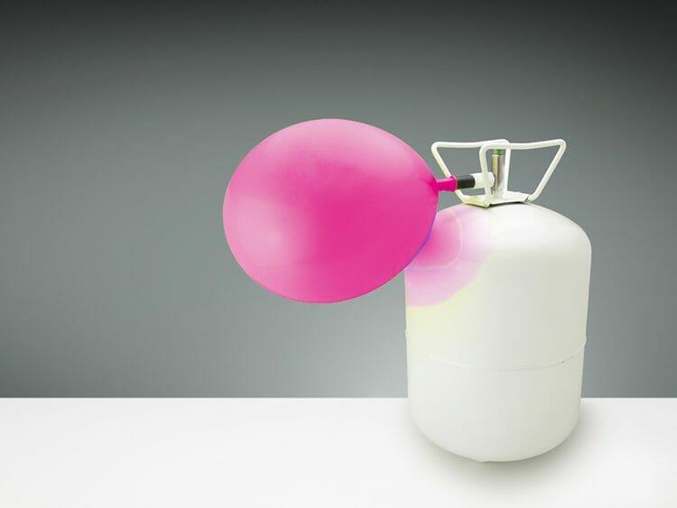 El gas helio cambia la voz milagrosamente ¿Por qué?